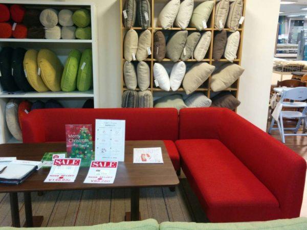メーカー名、エスティック 画像展示、つじどう店 (こちらも現品処分中の早い者勝ちです。テーブルも同じメーカーで同じシリーズですので、ソファの脚の木部色と同じのテーブルですので、統一感が出せます!)